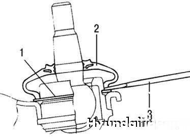 Hyundai Getz замена шаровой опоры Демонтируйте защитный пыльник шаровой опоры рычага подвески отверткой с плоским...